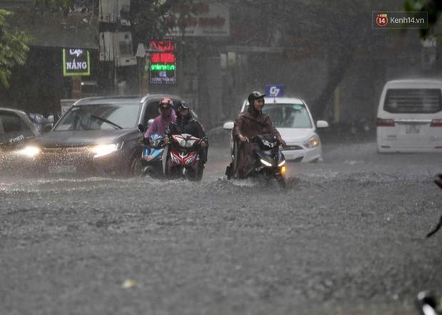 Ảnh: Hà Nội mưa xối xả, người dân chật vật đi làm giữa con đường nước ngập ngang xe - Ảnh 3.