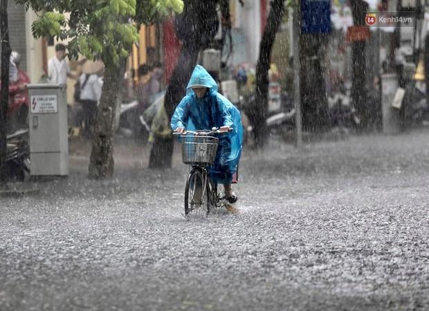 Ảnh: Hà Nội mưa xối xả, người dân chật vật đi làm giữa con đường nước ngập ngang xe - Ảnh 4.