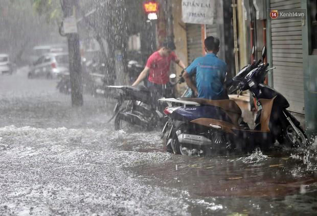 Ảnh: Hà Nội mưa xối xả, người dân chật vật đi làm giữa con đường nước ngập ngang xe - Ảnh 5.