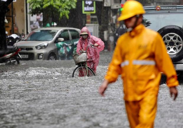 Ảnh: Hà Nội mưa xối xả, người dân chật vật đi làm giữa con đường nước ngập ngang xe - Ảnh 6.