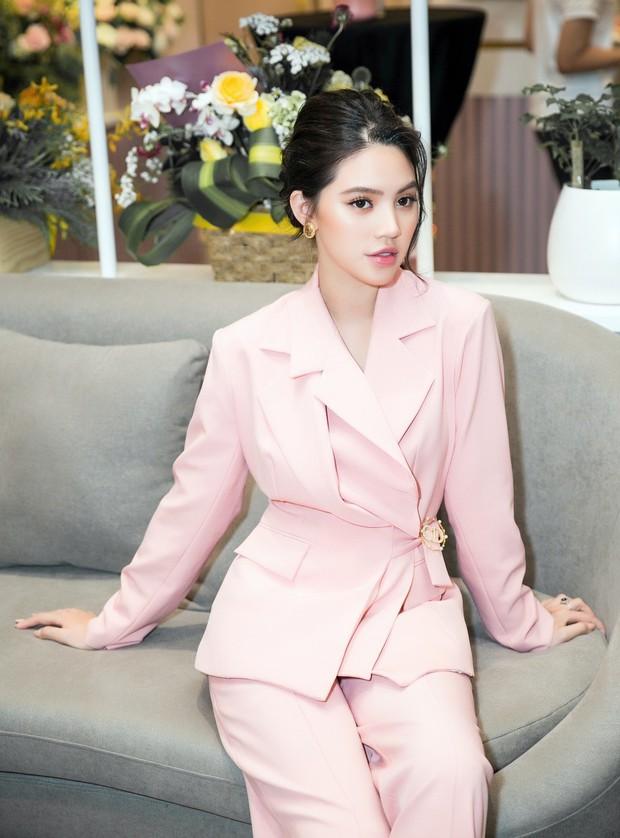 Lan Khuê khoe dáng mỏng những tháng cuối thai kỳ, Kỳ Duyên - Jolie Nguyễn đụng độ tại sự kiện - Ảnh 7.