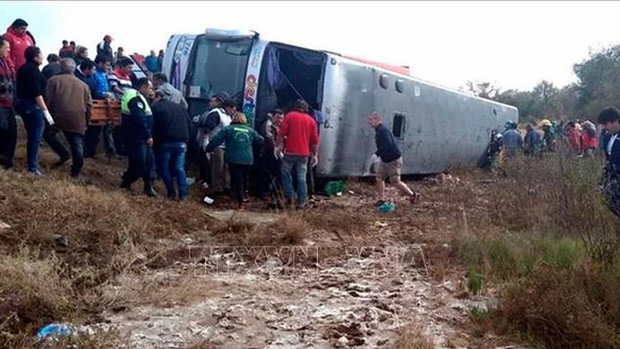 Lật xe khách thảm khốc khiến 4 người thiệt mạng, 42 người bị thương - Ảnh 1.