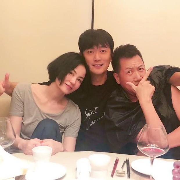 Vương Phi ngả ngớn bên trai lạ, Tạ Đình Phong mất hút trong tiệc sinh nhật tuổi 50 của nhân tình - Ảnh 1.