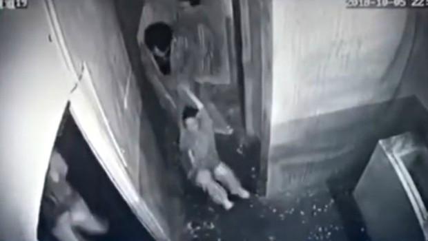 Đã yếu bóng vía còn thích trải nghiệm kinh dị, cô gái gục ngã tại trận phải nhờ bạn lôi xềnh xệch ra khỏi căn phòng sát nhân - Ảnh 4.