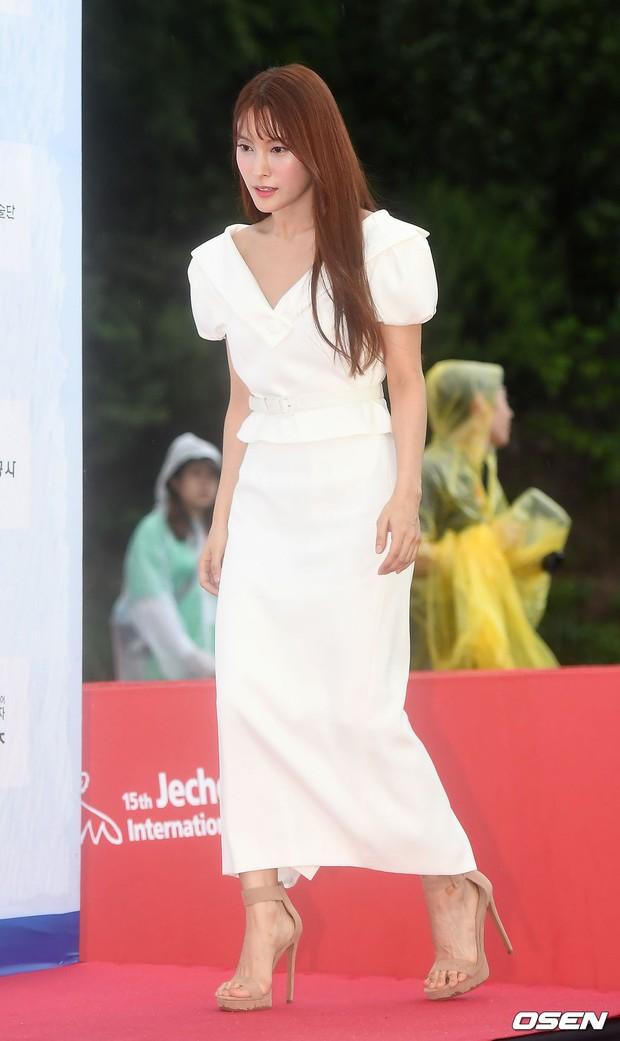 Thảm đỏ quy tụ dàn sao Hàn quyền lực: Yoon Eun Hye trở lại xuất sắc, Krystal đẹp ngút ngàn bất chấp đầm sến sẩm - Ảnh 18.