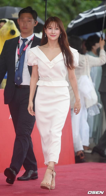 Thảm đỏ quy tụ dàn sao Hàn quyền lực: Yoon Eun Hye trở lại xuất sắc, Krystal đẹp ngút ngàn bất chấp đầm sến sẩm - Ảnh 17.