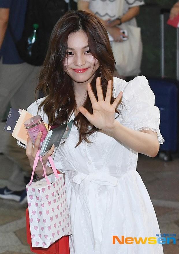 Nữ idol xấu nhất lịch sử Kpop một thời ngày càng xinh, ra sân bay sương sương mà lấn át cả chân dài G-Friend - Ảnh 1.