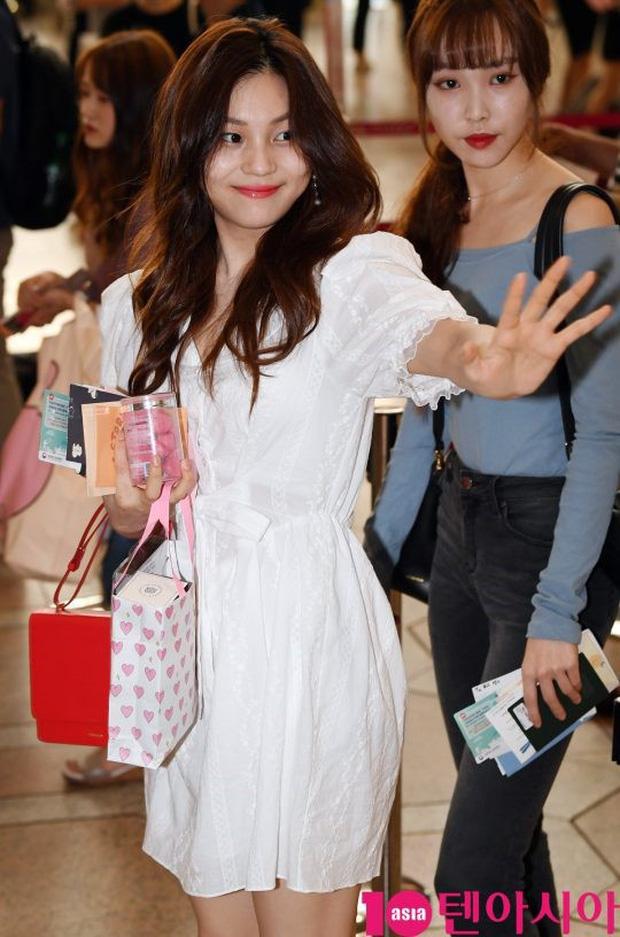 Nữ idol xấu nhất lịch sử Kpop một thời ngày càng xinh, ra sân bay sương sương mà lấn át cả chân dài G-Friend - Ảnh 2.