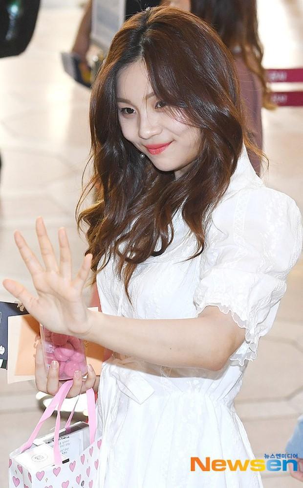 Nữ idol xấu nhất lịch sử Kpop một thời ngày càng xinh, ra sân bay sương sương mà lấn át cả chân dài G-Friend - Ảnh 3.