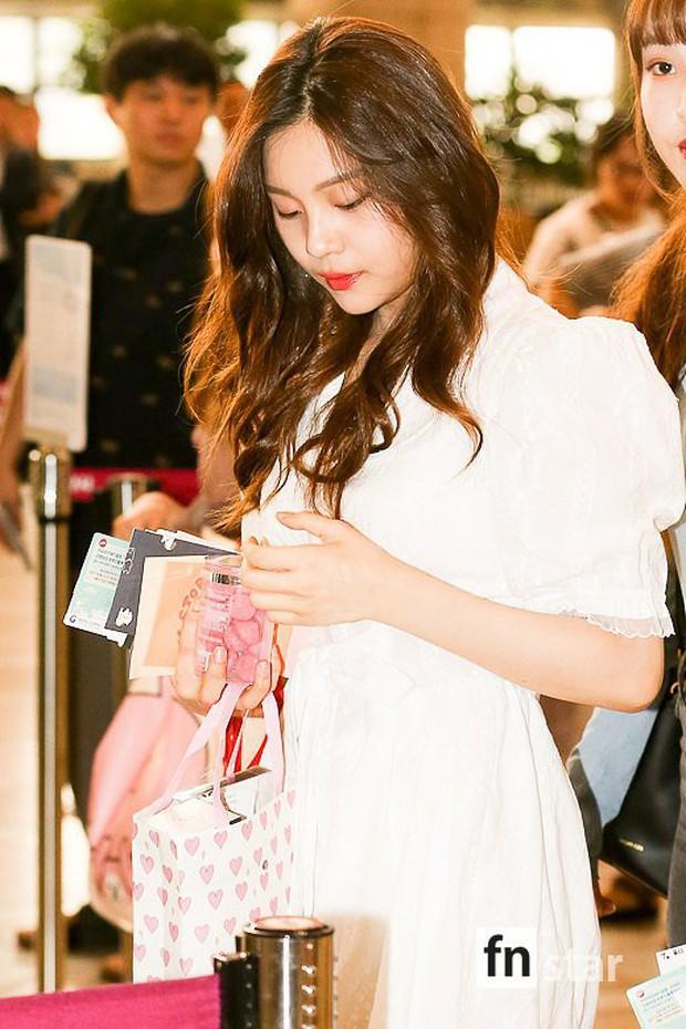 Nữ idol xấu nhất lịch sử Kpop một thời ngày càng xinh, ra sân bay sương sương mà lấn át cả chân dài G-Friend - Ảnh 4.