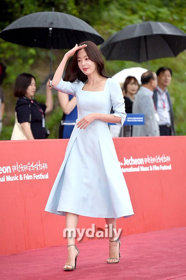 Thảm đỏ quy tụ dàn sao Hàn quyền lực: Yoon Eun Hye trở lại xuất sắc, Krystal đẹp ngút ngàn bất chấp đầm sến sẩm - Ảnh 14.