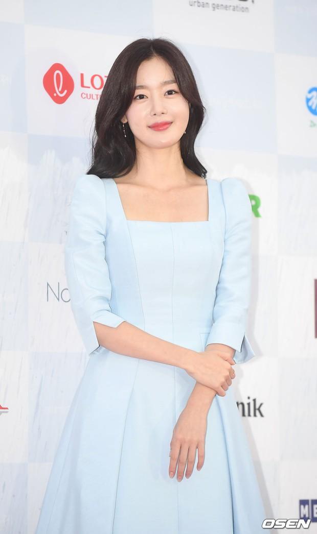Thảm đỏ quy tụ dàn sao Hàn quyền lực: Yoon Eun Hye trở lại xuất sắc, Krystal đẹp ngút ngàn bất chấp đầm sến sẩm - Ảnh 16.