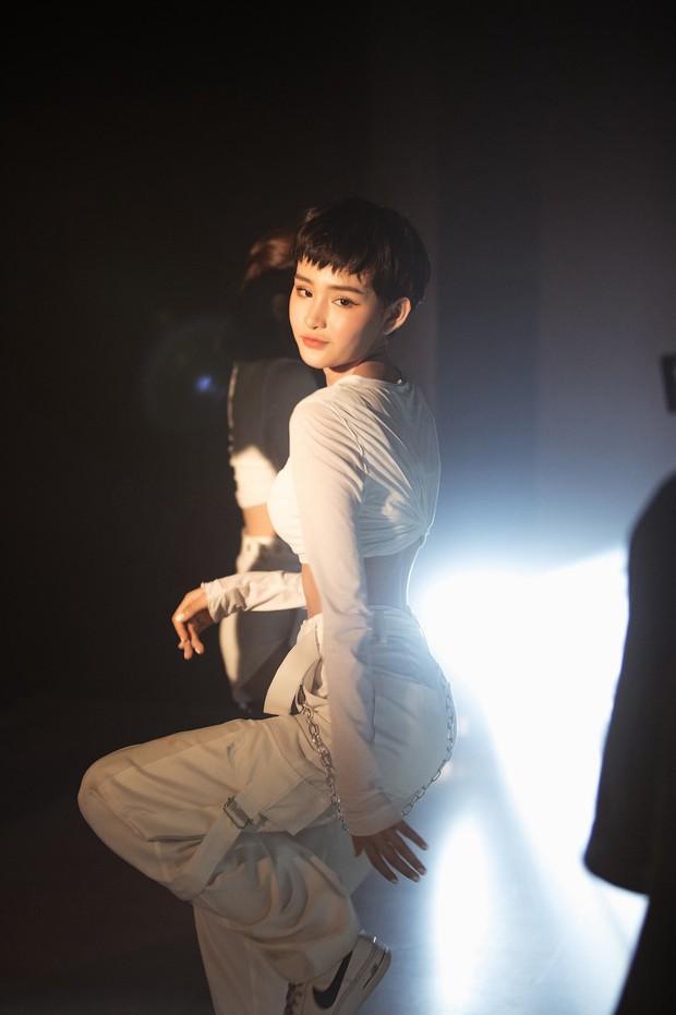 Ăn mừng MV Cần Xa đạt thành tích tốt, Hiền Hồ tung phiên bản dance với vũ điệu chắp tay độc đáo - Ảnh 5.