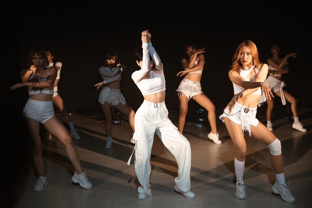 Ăn mừng MV Cần Xa đạt thành tích tốt, Hiền Hồ tung phiên bản dance với vũ điệu chắp tay độc đáo - Ảnh 7.