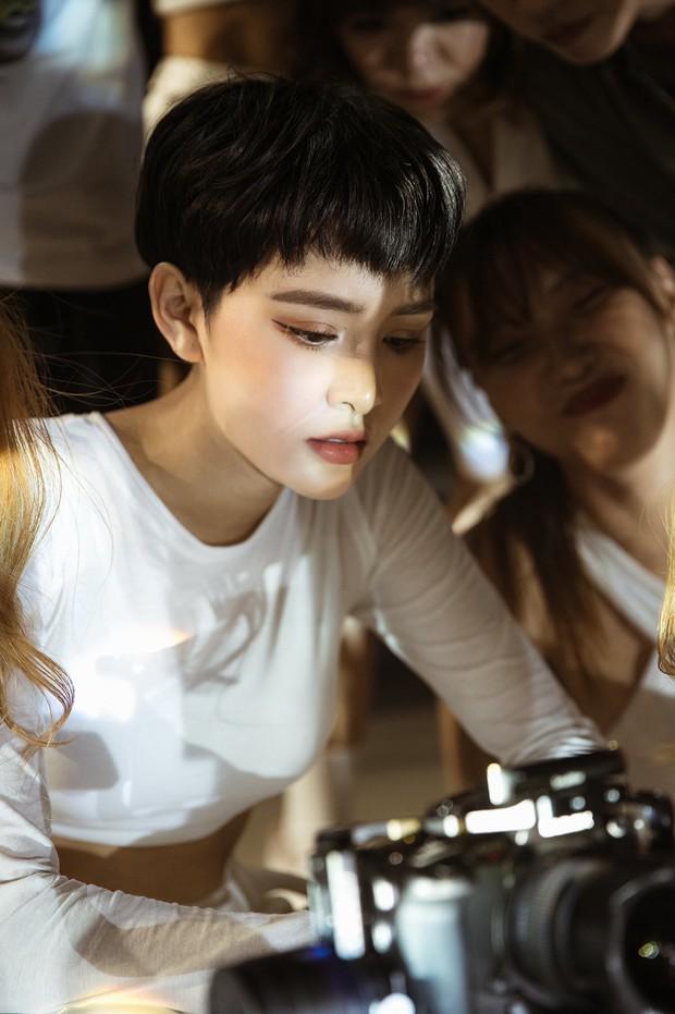 Ăn mừng MV Cần Xa đạt thành tích tốt, Hiền Hồ tung phiên bản dance với vũ điệu chắp tay độc đáo - Ảnh 6.