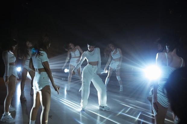 Ăn mừng MV Cần Xa đạt thành tích tốt, Hiền Hồ tung phiên bản dance với vũ điệu chắp tay độc đáo - Ảnh 8.