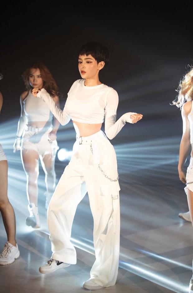 Ăn mừng MV Cần Xa đạt thành tích tốt, Hiền Hồ tung phiên bản dance với vũ điệu chắp tay độc đáo - Ảnh 3.