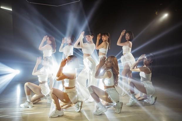 Ăn mừng MV Cần Xa đạt thành tích tốt, Hiền Hồ tung phiên bản dance với vũ điệu chắp tay độc đáo - Ảnh 9.