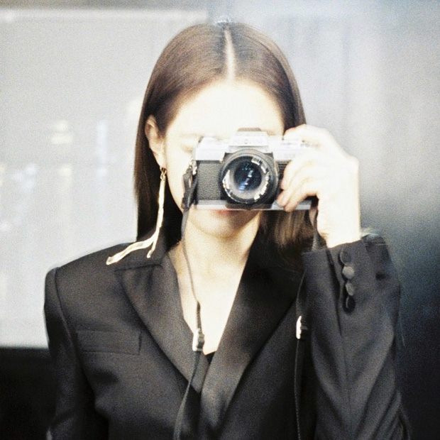 """Kỷ niệm 3 năm debut, Jennie tặng fan tài khoản IG toàn ảnh film cực """"nghệ"""", điều kỳ diệu nhất nằm ở bức hình đầu tiên - Ảnh 22."""