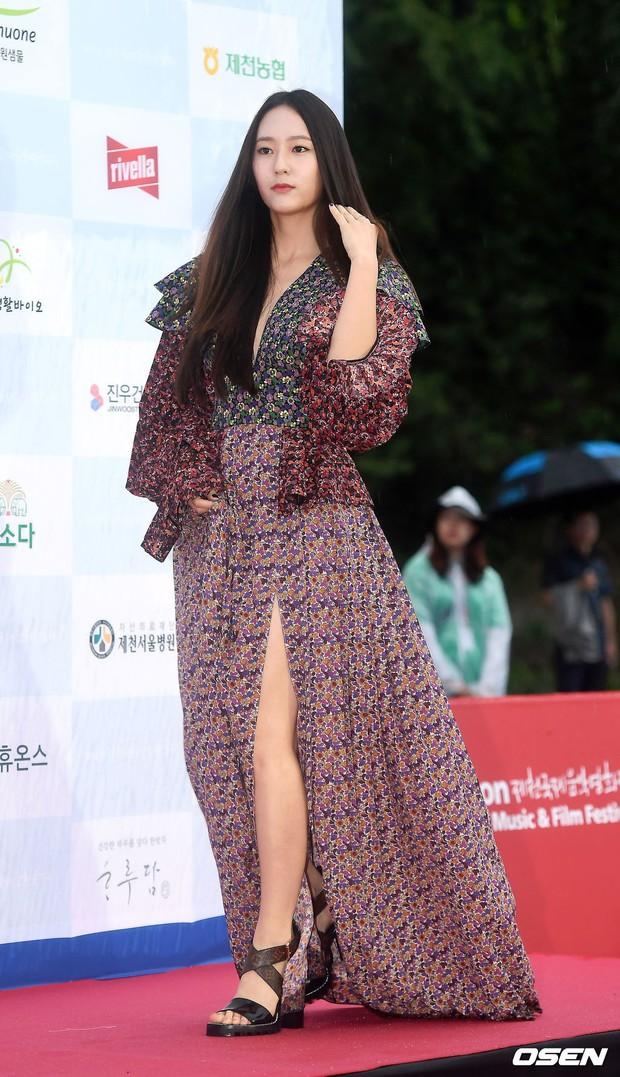 Thảm đỏ quy tụ dàn sao Hàn quyền lực: Yoon Eun Hye trở lại xuất sắc, Krystal đẹp ngút ngàn bất chấp đầm sến sẩm - Ảnh 7.