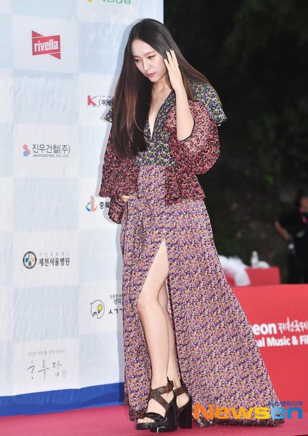 Thảm đỏ quy tụ dàn sao Hàn quyền lực: Yoon Eun Hye trở lại xuất sắc, Krystal đẹp ngút ngàn bất chấp đầm sến sẩm - Ảnh 8.