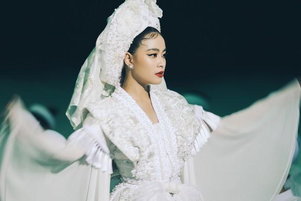 Mặc ĐỘC một bộ đồ và trang điểm đúng 1 kiểu, Hoàng Thùy Linh vẫn đẹp điên dại trong MV mới - Ảnh 3.