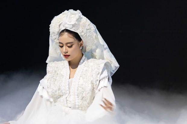 Mặc ĐỘC một bộ đồ và trang điểm đúng 1 kiểu, Hoàng Thùy Linh vẫn đẹp điên dại trong MV mới - Ảnh 1.