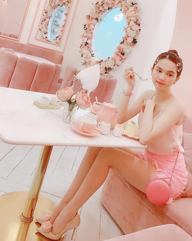 Vô vàn quán xinh màu hồng ở Việt Nam nhưng Ngọc Trinh lại đặc biệt ưa thích tiệm bánh này, còn ghé 2 lần dù cách xa… 1500 km - Ảnh 1.