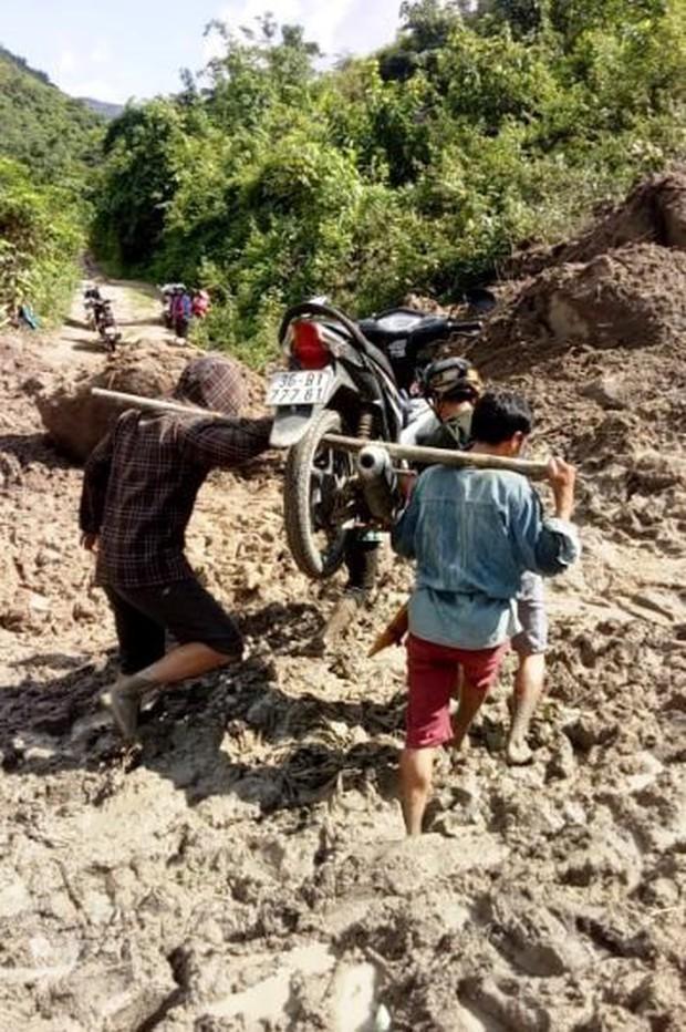 Thanh Hóa: Cận cảnh cung đường đến trường của giáo viên sau mưa lũ ở Mường Lát - Ảnh 1.
