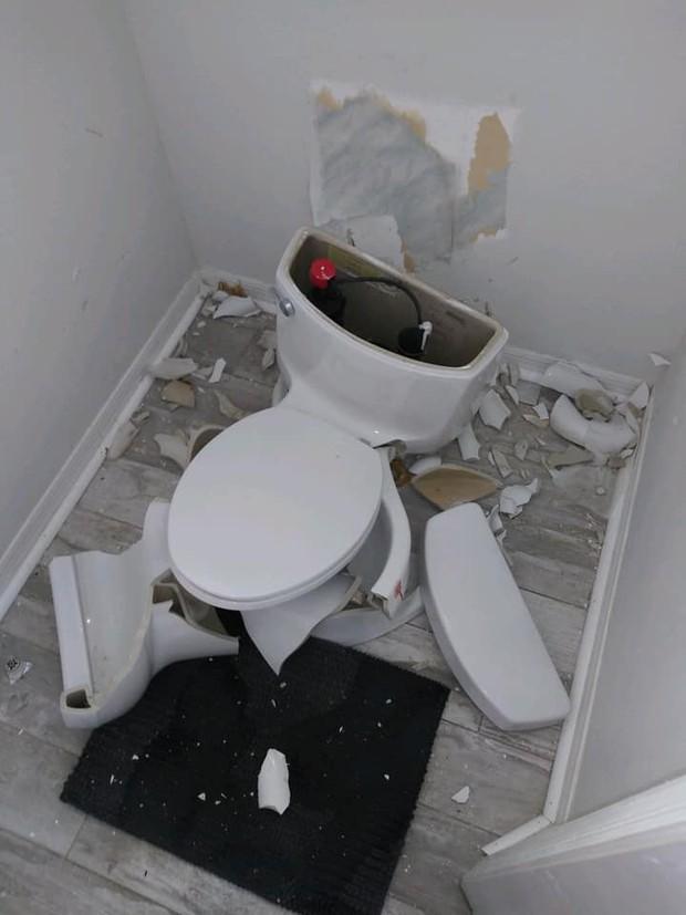 Sét đánh trúng bể phốt khiến nhà vệ sinh nổ tan tành - Ảnh 1.