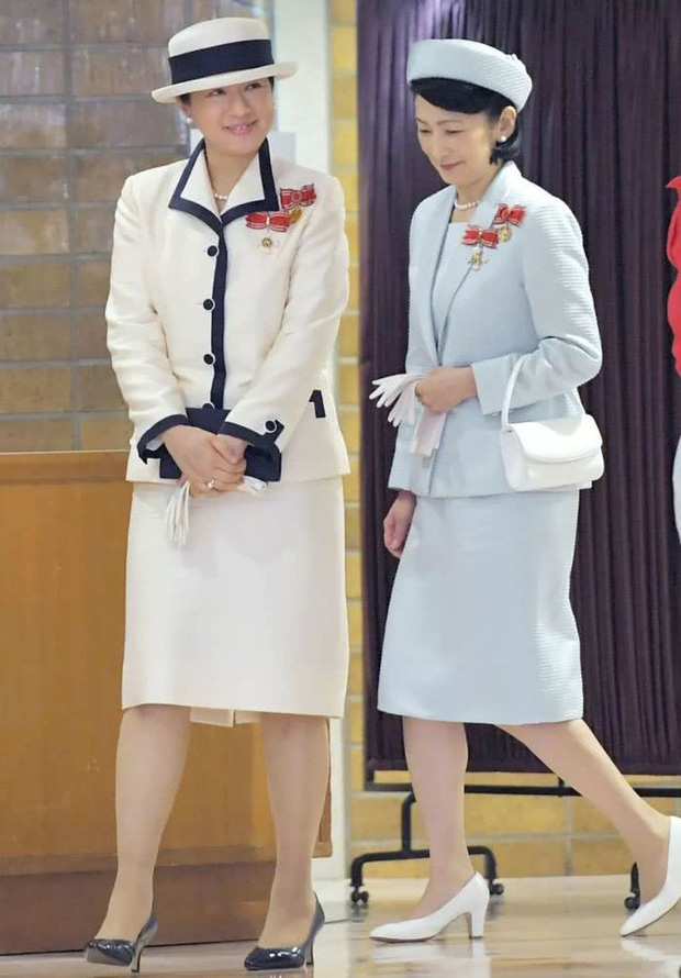 Sánh bước cùng em dâu, Hoàng hậu Masako bị báo Trung chỉ ra lỗi thời trang khiến bà thiếu tinh tế hơn hẳn - Ảnh 1.