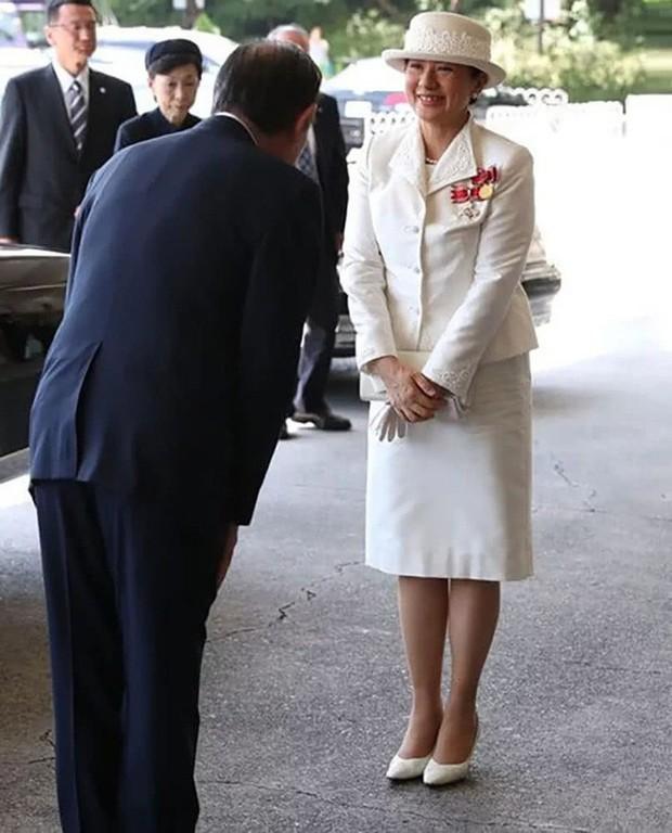 Sánh bước cùng em dâu, Hoàng hậu Masako bị báo Trung chỉ ra lỗi thời trang khiến bà thiếu tinh tế hơn hẳn - Ảnh 2.