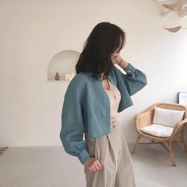 """Hội sành mốt phải tìm mua ngay áo blouse lửng vì vừa đẹp lại """"hack dáng"""" ảo diệu - Ảnh 1."""