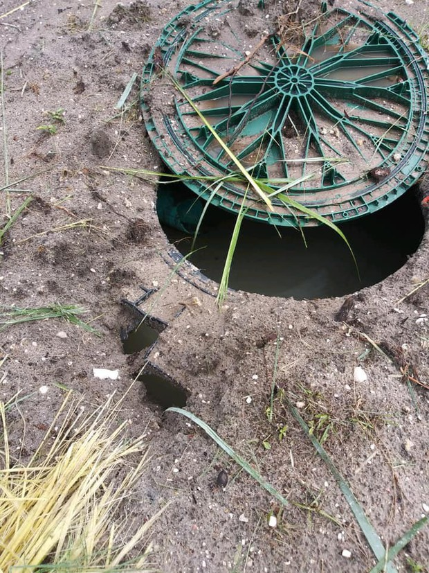 Sét đánh trúng bể phốt khiến nhà vệ sinh nổ tan tành - Ảnh 3.
