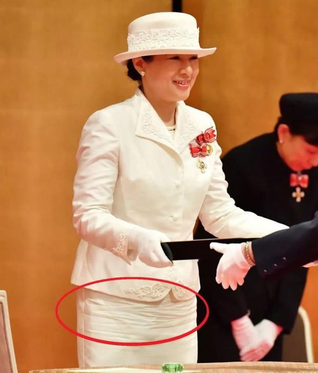 Sánh bước cùng em dâu, Hoàng hậu Masako bị báo Trung chỉ ra lỗi thời trang khiến bà thiếu tinh tế hơn hẳn - Ảnh 4.