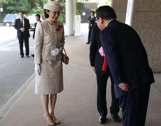 Sánh bước cùng em dâu, Hoàng hậu Masako bị báo Trung chỉ ra lỗi thời trang khiến bà thiếu tinh tế hơn hẳn - Ảnh 5.