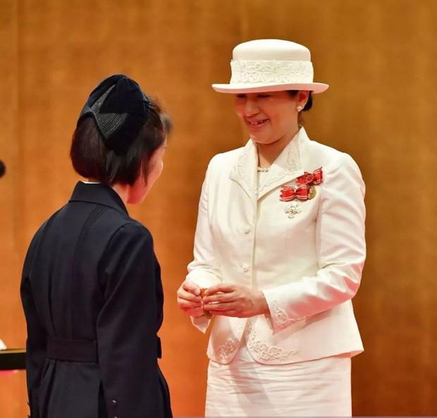 Sánh bước cùng em dâu, Hoàng hậu Masako bị báo Trung chỉ ra lỗi thời trang khiến bà thiếu tinh tế hơn hẳn - Ảnh 9.