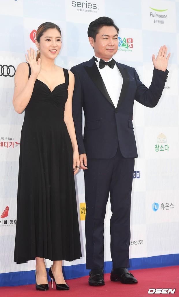Thảm đỏ quy tụ dàn sao Hàn quyền lực: Yoon Eun Hye trở lại xuất sắc, Krystal đẹp ngút ngàn bất chấp đầm sến sẩm - Ảnh 13.