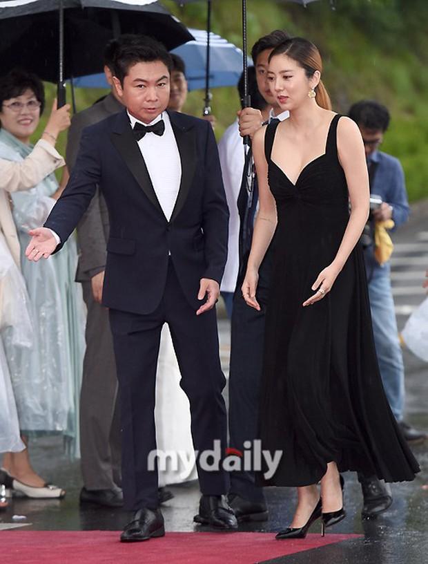 Thảm đỏ quy tụ dàn sao Hàn quyền lực: Yoon Eun Hye trở lại xuất sắc, Krystal đẹp ngút ngàn bất chấp đầm sến sẩm - Ảnh 12.