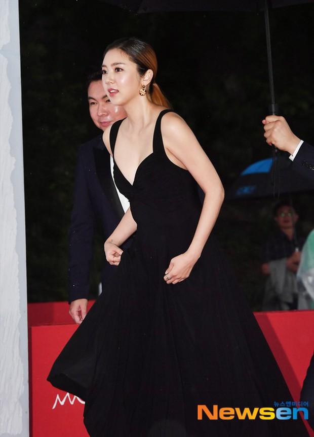 Thảm đỏ quy tụ dàn sao Hàn quyền lực: Yoon Eun Hye trở lại xuất sắc, Krystal đẹp ngút ngàn bất chấp đầm sến sẩm - Ảnh 11.