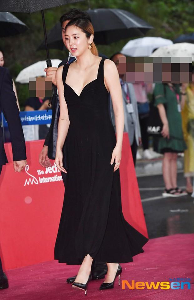 Thảm đỏ quy tụ dàn sao Hàn quyền lực: Yoon Eun Hye trở lại xuất sắc, Krystal đẹp ngút ngàn bất chấp đầm sến sẩm - Ảnh 10.