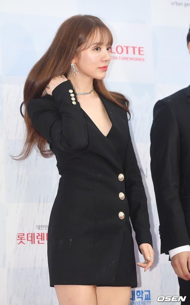 Thảm đỏ quy tụ dàn sao Hàn quyền lực: Yoon Eun Hye trở lại xuất sắc, Krystal đẹp ngút ngàn bất chấp đầm sến sẩm - Ảnh 3.