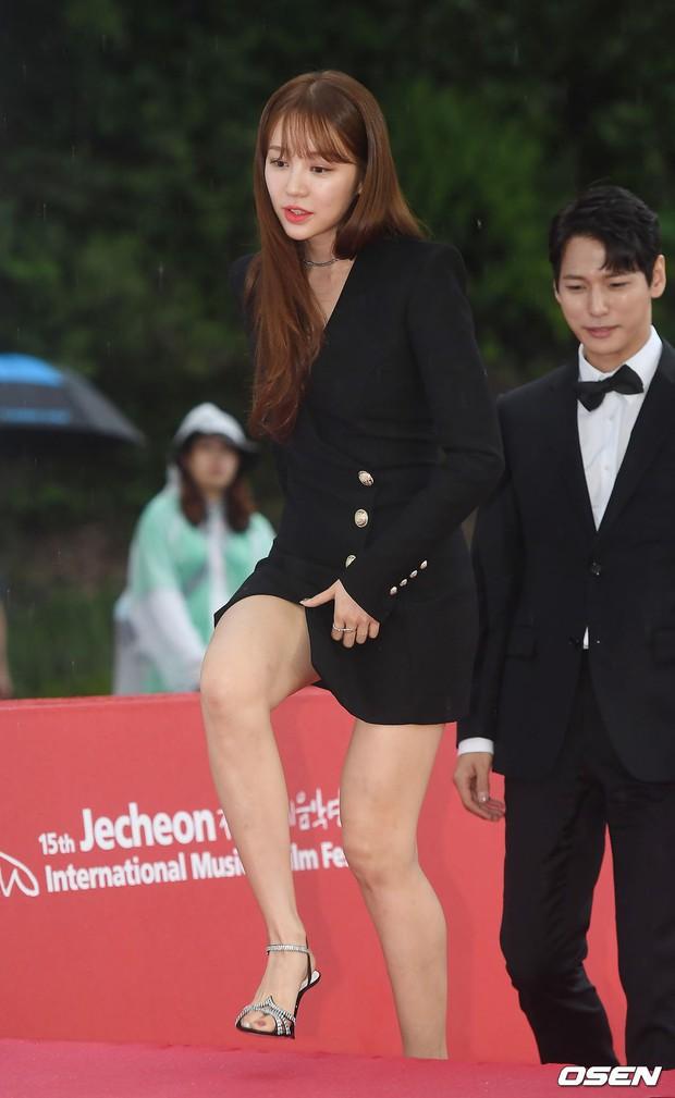 Thảm đỏ quy tụ dàn sao Hàn quyền lực: Yoon Eun Hye trở lại xuất sắc, Krystal đẹp ngút ngàn bất chấp đầm sến sẩm - Ảnh 1.