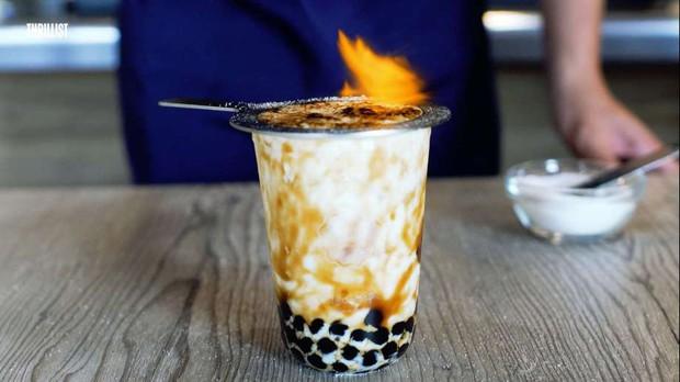 Trà sữa phun lửa phừng phừng khiến nhiều người hết cả hồn, liệu đây mới thật sự là trà sữa nướng? - Ảnh 1.