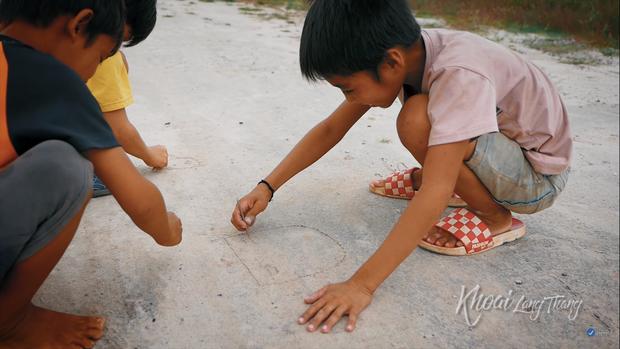 Khoai Lang Thang: Điều Khoai mong muốn sau hành trình này là con trẻ được vui chơi và bồi đắp tâm hồn trên chính mảnh đất quê hương - Ảnh 1.