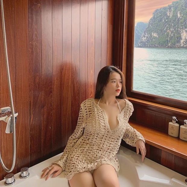 Du lịch tréo ngoe như Linh Ka: Ở du thuyền cực sang nhưng cả chuyến đi đăng ảnh mặc... đúng 1 chiếc áo - Ảnh 1.