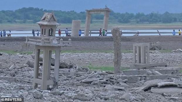 Sự hiện diện của pho tượng Phật không đầu này là minh chứng cho thấy hạn hán ở Thái Lan đang nghiêm trọng đến mức nào - Ảnh 3.