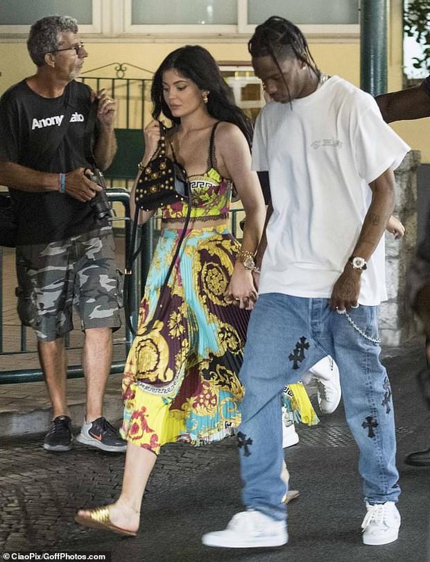 Kylie Jenner dạo phố mà cũng lên đồ như bà hoàng, gây chú ý nhất là vòng 1 khủng bị o ép như muốn nhảy ra ngoài - Ảnh 3.