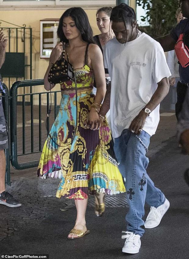 Kylie Jenner dạo phố mà cũng lên đồ như bà hoàng, gây chú ý nhất là vòng 1 khủng bị o ép như muốn nhảy ra ngoài - Ảnh 5.