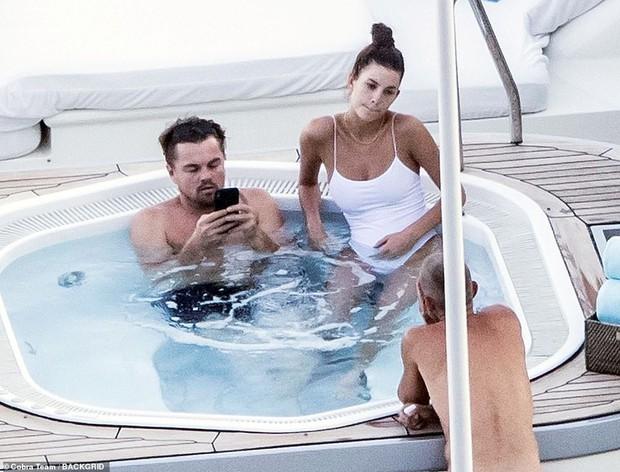 Bắt gặp Leonardo DiCaprio đi du lịch tại Ý: Chiếc bụng bia đối lập hoàn toàn với body bốc lửa của bạn gái kém gần 2 giáp - Ảnh 1.